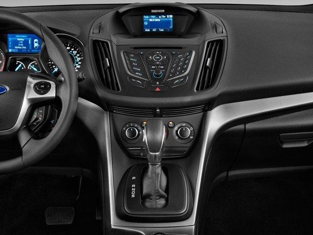 Bảng điều khiển trung tâm Ford Escape 2015 được bố trí gọn gàng với những đường viền cách điệu 1