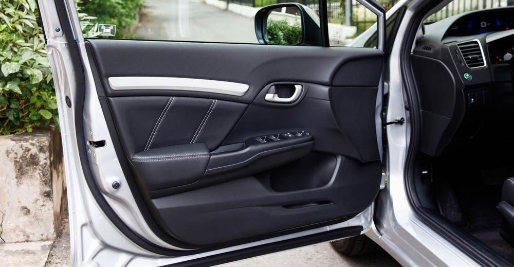 Cửa xe Honda Civic 2015 được thiết kế khá cầu kỳ 1