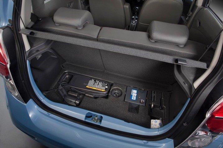 Dung tích khoang chứa đồ của xe điện Chevrolet Spark 2015 không quá ấn tượng 1