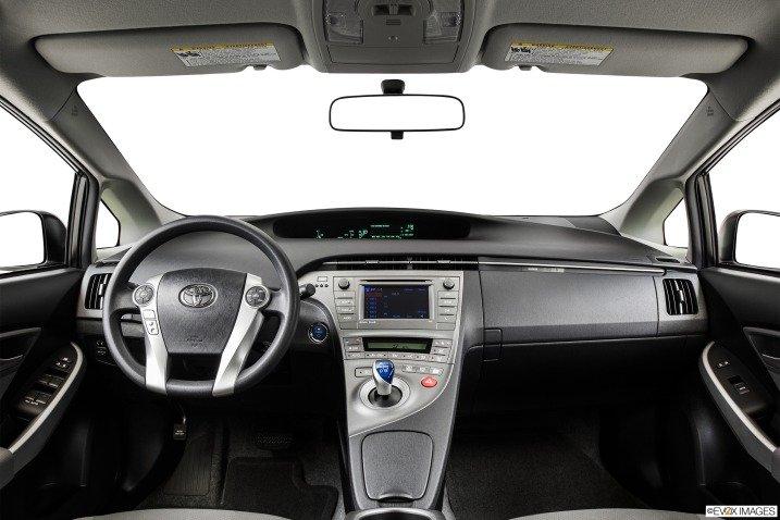 Không gian cabin Toyota Prius 2015 khá rộng rãi và tiện dụng 1