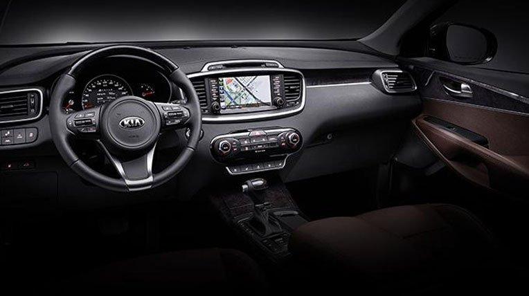 So sánh nội thất xe Toyota Innova và Kia Sorento 2