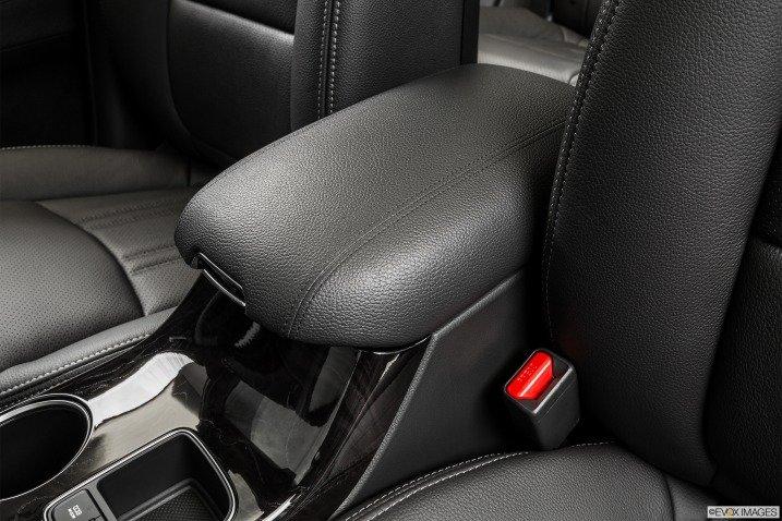 Tựa tay của hàng ghế thứ 2 trên xe Kia Sorento 2015 1