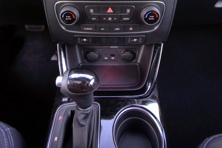 Kia Sorento 2015 được đánh giá rất cao ở tính năng giải trí và an toàn.