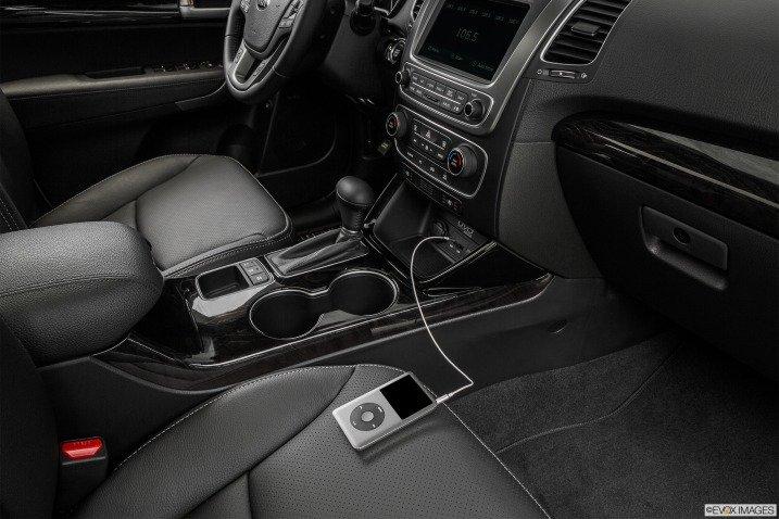 Kia Sorento 2015 được đánh giá rất cao ở tính năng giải trí và an toàn 3
