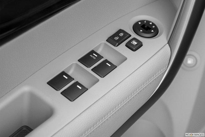 Các phím bấm điều khiển trên cửa xe Kia Sorento 2015 1