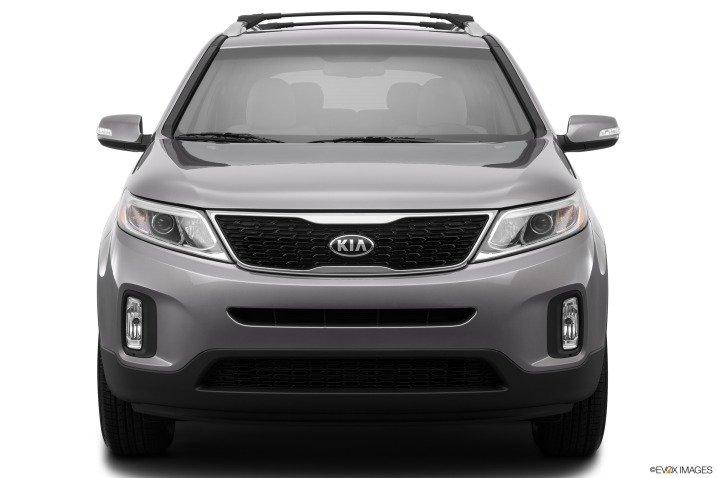 So sánh ngoại thất xe Toyota Innova và Kia Sorento 4