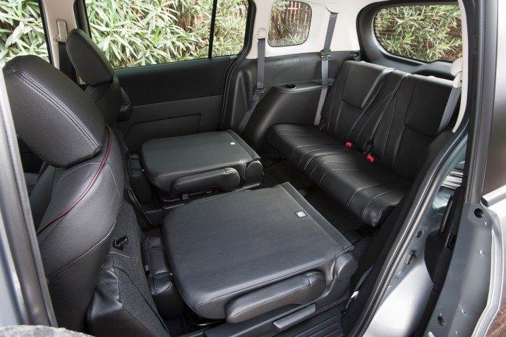 Hàng ghế sau của Mazda5 2014 có thể gập để tăng diện tích khoang chứa hàng 1