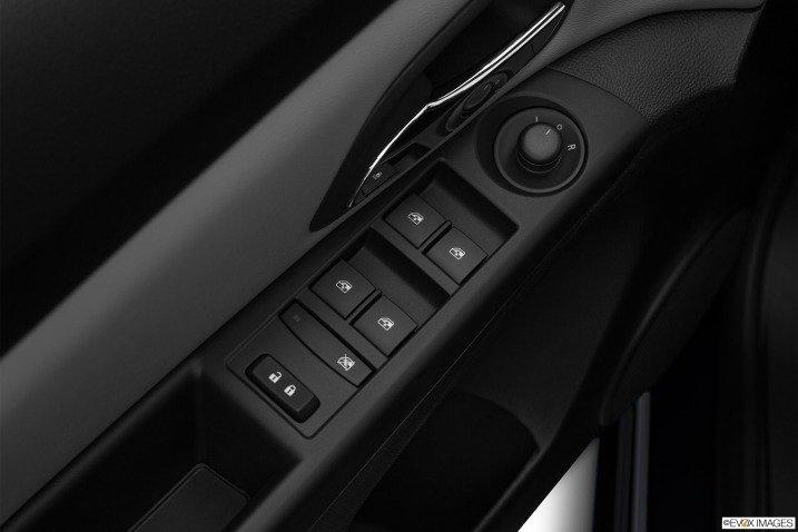 Các phím bấm điều khiển trên cửa xe Chevorlet Cruze 2015 1