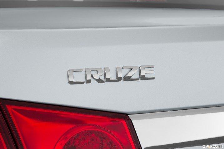 Tên Cruze đính bên trái đuôi xe 1
