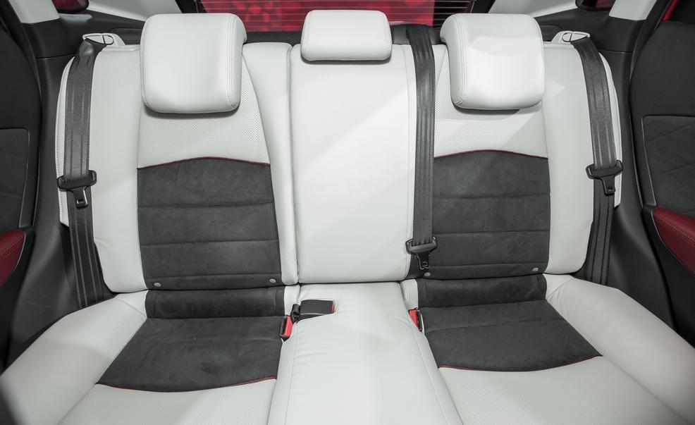 Hàng ghế sau của Mazda CX-3 2016 có tựa đầu thoải mái