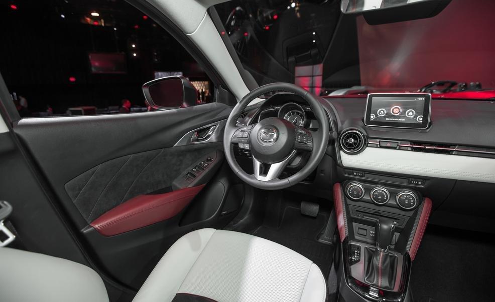 Các chi tiết nội thất Mazda CX-3 2016 tạo sự tương xứng với thiết kế của xe 1