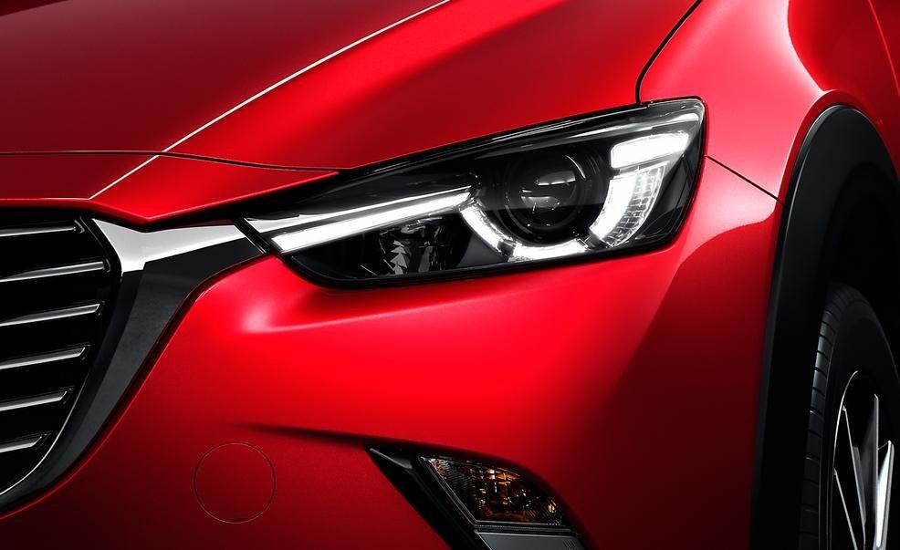 Đèn pha LED của Mazda CX-3 2016 kéo dài gần đến lưới tản nhiệt 1