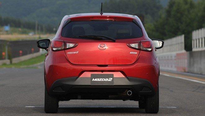 Đuôi xe Mazda2 2015 a