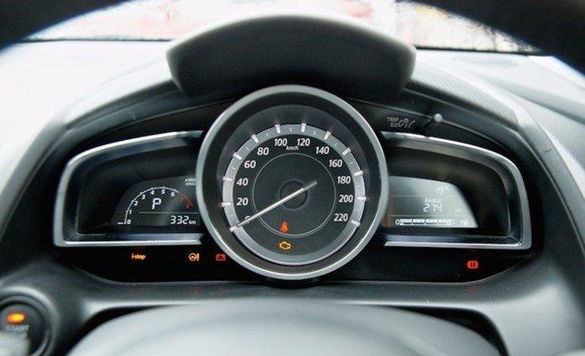 Đồng hồ lái của Mazda2 2015 được thiết kế đơn giản nhưng ứng dụng kỹ thuật cao 1