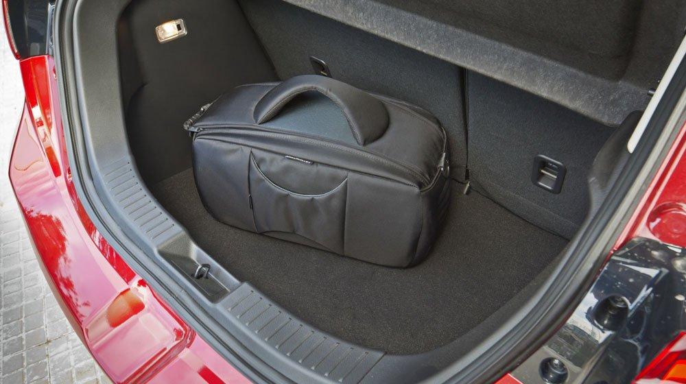 Khoang chứa đồ của Mazda2 2015 tương đối rộng rãi 1