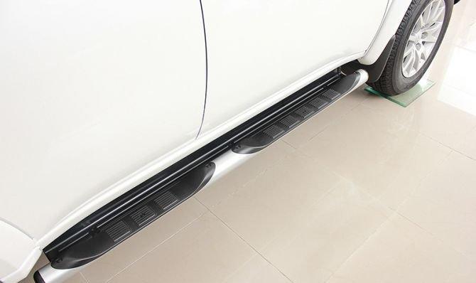 Bậc lên xuống tiện lợi của Mitsubishi Pajero Sport 1