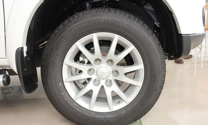Mitsubishi Pajero Sport được trang bị bộ mâm lốp thể thao 17inch với kích thước 245/65/R17