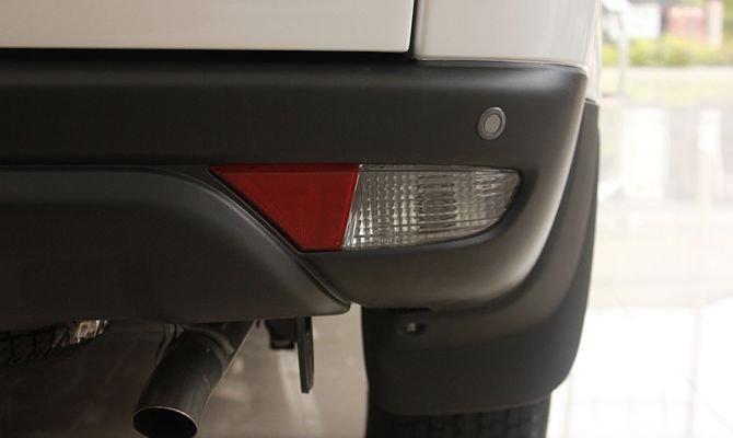 Đuôi xe Mitsubishi Pajero Sport được thiết kế vuông vắn tạo cho không gian hàng ghế thứ 3 rộng rãi 1