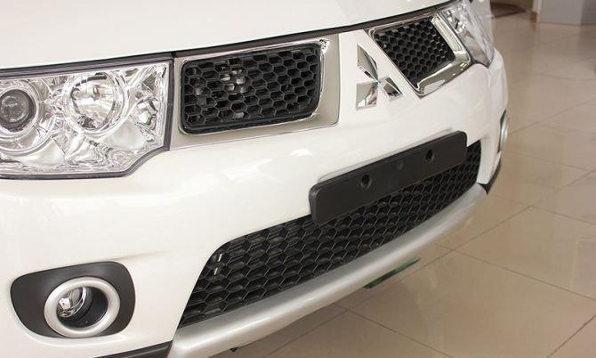 Cản trước của Mitsubishi Pajero Sport được thiết kế đơn giản 1
