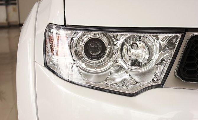 Đèn pha halogen của Mitsubishi Pajero Sport dạng thấu kính 1