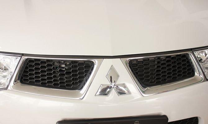 Lưới tản nhiệt của Mitsubishi Pajero Sport viền crom dạng tổ ong truyền thống 1