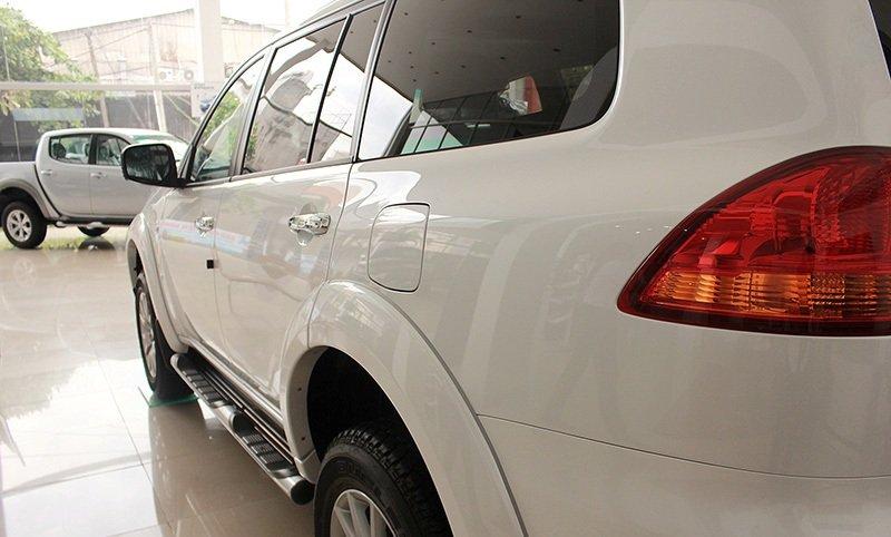 Thân xe Mitsubishi Pajero Sport khỏe khoắn với hốc bánh xe to 1