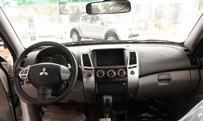 Nội thất của Mitsubishi Pajero khá hiện đại với các chi tiết ốp gỗ ấn tượng 1