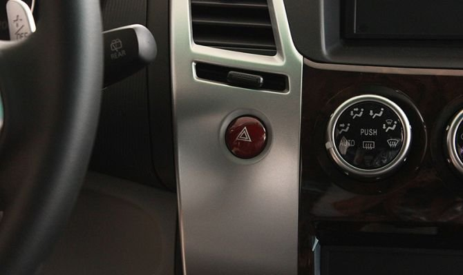 Bật đèn hazard, dùng báo xin ưu tiên, báo hiệu hỏng hóc khi nằm trên đường hoặc xe gặp tai nạn 1