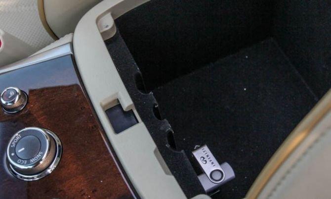 Hộc chứa đồ dưới gác tay hành khách của Infiniti QX60 2015 1