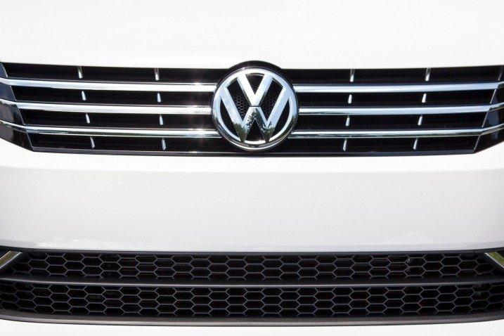 Lưới tản nhiệt Volkswagen Passat Sedan 2015 có mỏng, ốp 3 thanh crom sáng