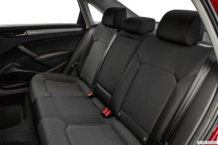 Hàng ghế sau của Volkswagen Passat Sedan 2015 khá phẳng 1