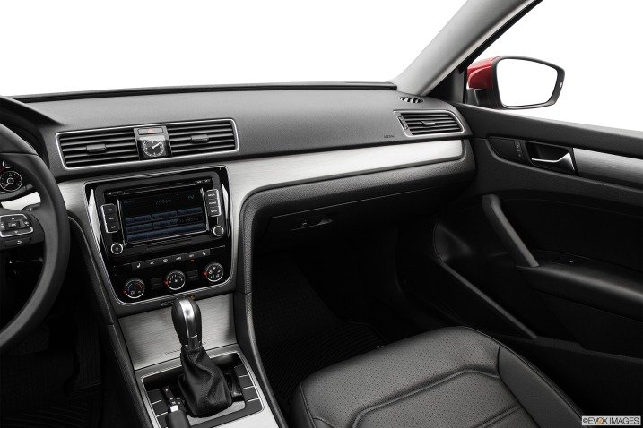 So sánh nội thất xe Volkswagen Passat và Renault Latitude - Cao cấp như nhau 3