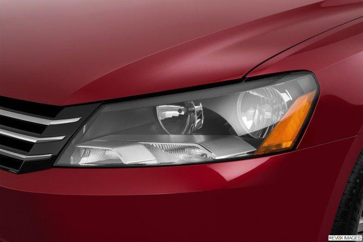Đèn pha Volkswagen Passat Sedan 2015 được hỗ trợ hệ thống Dynamic Light Assist và LED 1
