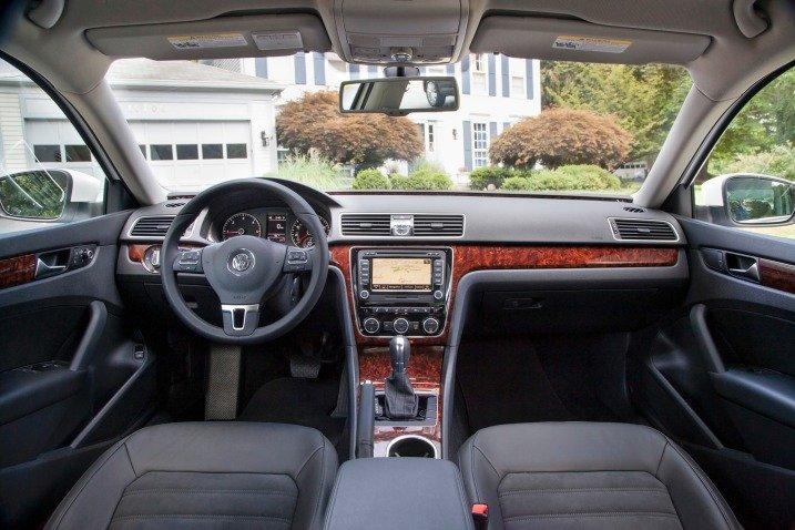 Nội thất của Volkswagen Passat Sedan 2015 thể hiện rõ chất sang trọng của hãng xe Đức 1