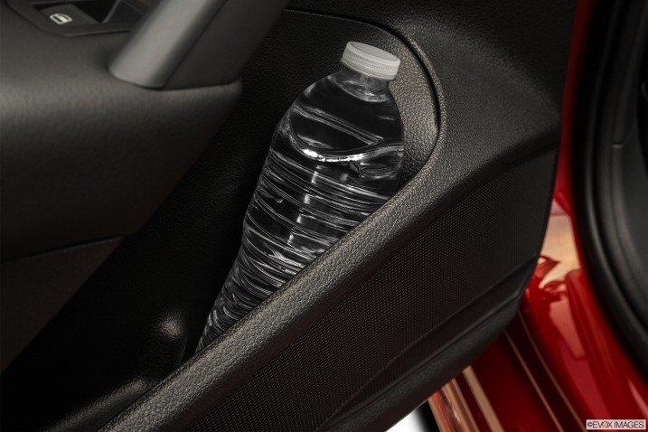 Hộc chứa đồ bên trong cửa xe Volkswagen Passat Sedan 2015 1