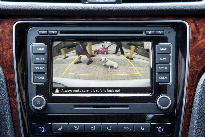 Màn hình hiển thị trên bảng Tablo của Volkswagen Passat Sedan 2015 1