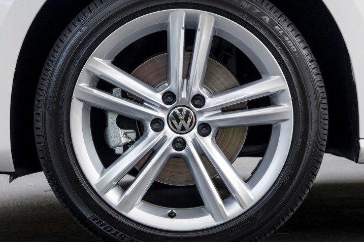 Volkswagen Passat Sedan 2015 được trang bị la-lăng 5 chấu kép 1