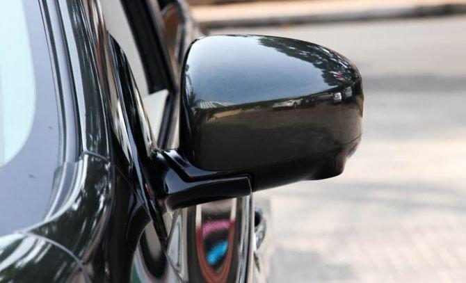 Kính chiếu hậu cùng màu với thân xe 1