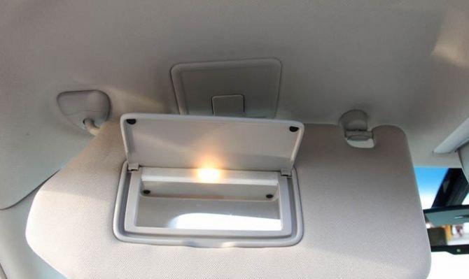 Che nắng tích hợp với gương trang điểm cho 2 vị trí ghế ngồi hàng trước 1