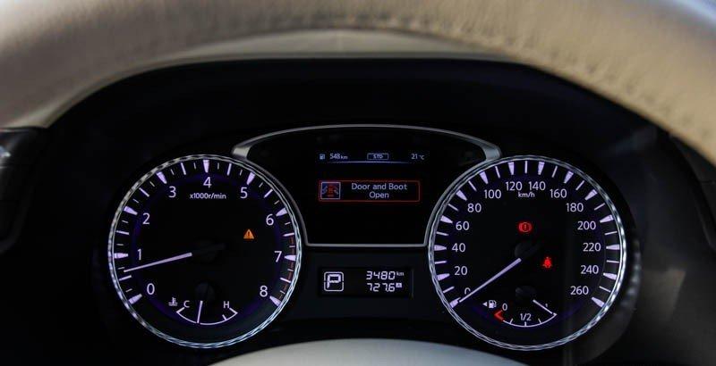 Bảng đồng hồ lái của Infinitive QX60 được thiết kế dạng phẳng, viền nhôm và chia vạch kim cương 1