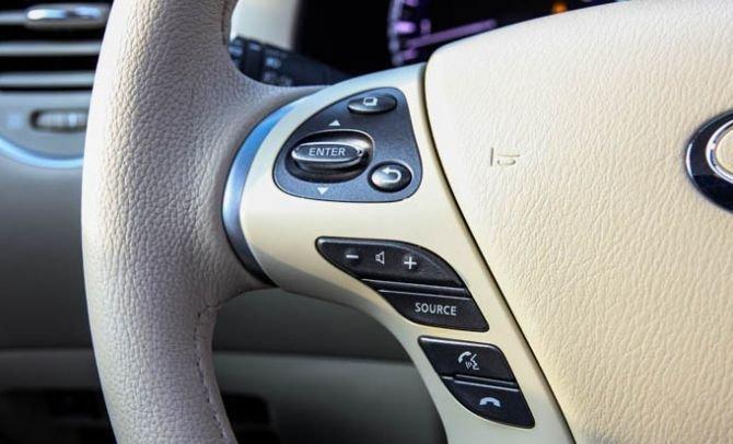 Các phím bấm điều khiển âm thanh được tích hợp trên vô-lăng 1