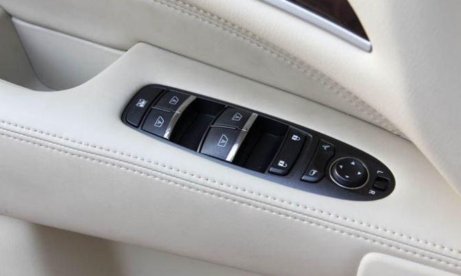 Phím điều khiển trên cánh cửa xe 1