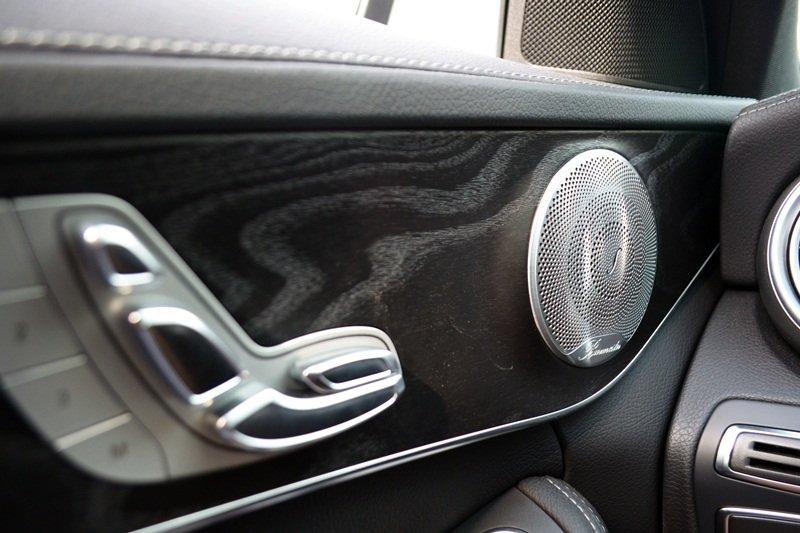 Hệ thống loa trên cửa xe Mercedes-Benz C250 AMG.