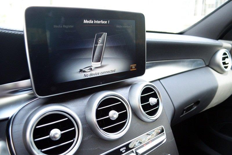 hệ thống điều khiển truyền thông đa phương tiện COMAND Online với màn hình màu TFT 8,4-inch của Mercedes-Benz C250 AMG.