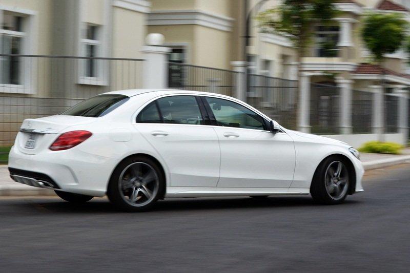 Thân xe Mercedes-Benz C250 AMG kế thừa nhiều nét của mẫu S-Class.
