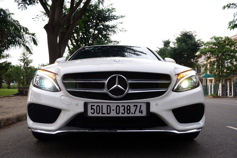 Đầu xe của Mercedes-Benz C250 AMG nhấn mạnh vào bề rộng và chất thể thao.