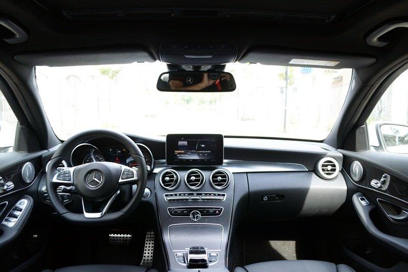 Mercedes-Benz C250 AMG sở hữu không gian nội thất rộng rãi, thoải mái.