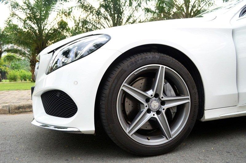 Mercedes-Benz C250 AMG sở hữu la-zăng có thiết kế độc đáo.