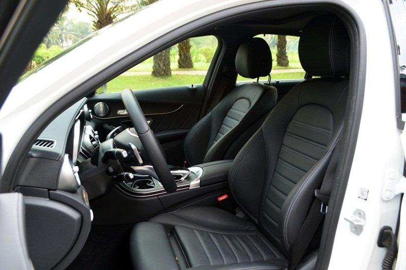 Ghế ngồi của Mercedes-Benz C250 AMG được thiết kế độc đáo.