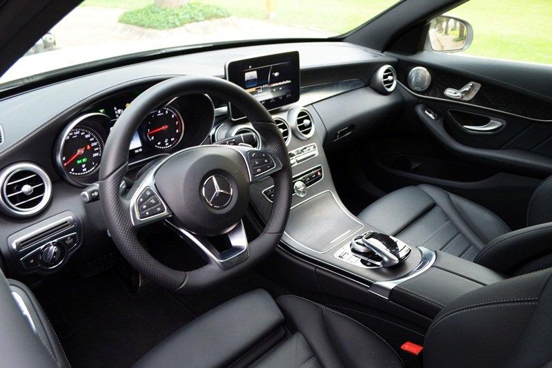 Bảng Tablo của Mercedes-Benz C250 AMG được bọc da cao cấp.